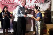 Der CEO des Thai Garden Resort, Gerrit Niehaus, überreicht der am längsten im Hotel tätigen Sunee Ngamwong ihre Auszeichnung.