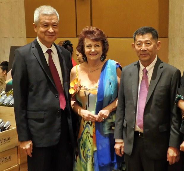 Hoher Besuch kam aus Pattaya und wurde von Elfi Seitz (Mitte) sofort entdeckt: Vizebürgermeister Apichart Verapal (links) und Oberbürgermeister Polizeigeneraloberst Anan Charoenchasri