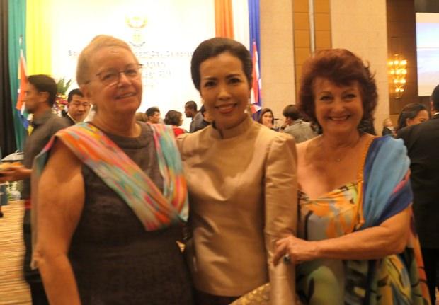 Vero (links) und Elfi (rechts) mit der schönen Gattin von Vizebürgermeister Apichart.