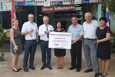 Generalkonsul Gerhard Götz und Gattin Frosie (Mitte) überreichen Direktor Palisorn Noja den Scheck über 255.000 Baht. Mit im Foto sind die Besucher aus Bangkok und Wien, die aber namentlich nicht genannt werden wollen.