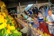 Auch etliche Ausländer nehmen an den Riten des Visaka Bucha Tages teil.