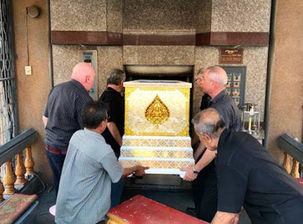 Francois' Sarg wird von treuen Freunden in den Verbrennungsraum des Chaimongkol Tempels geschoben.