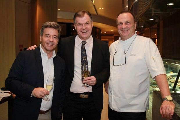 Chefkoch Peter Held (rechts) mit Fredi Schaub und einem anderen Gast.