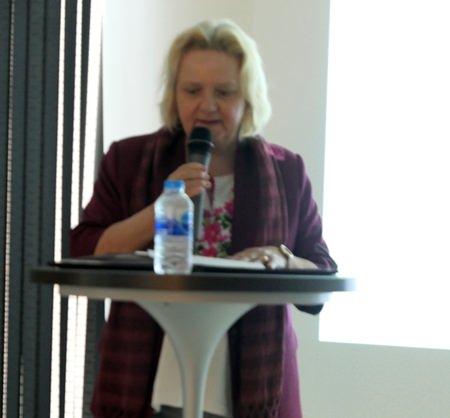 Botschafterin Dr. Eva Hager eröffnet die Sitzung.