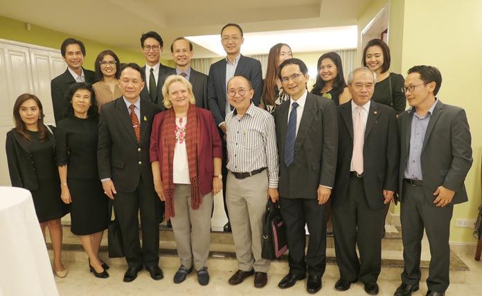 die Thai Alumnis beim Bild mit Botschafterin Dr. Eva Hager.