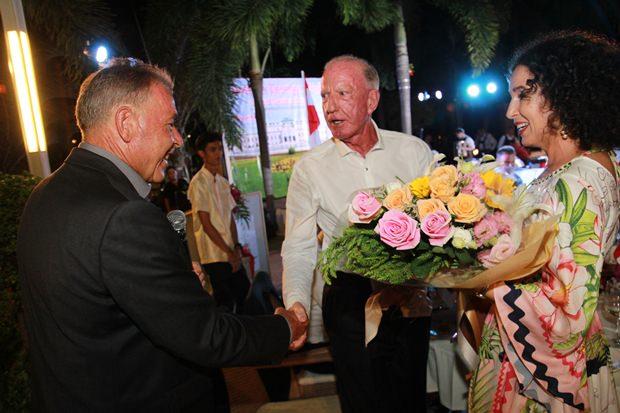 Gottfried Auer überreicht Anselma und Gerrit Niehaus wunderschöne Blumen.