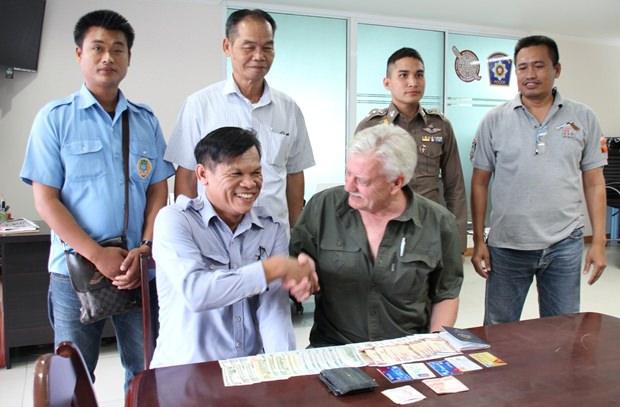 08d04be995eb4 Bahtbus Fahrer findet Brieftasche – bringt sie zur Polizei - Pattaya ...