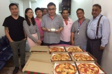 """Peter Malhotra, der """"Vater"""" von der Pattaya Mail Familie und etliche seiner Angestellten wünschen Manus alles Gute."""