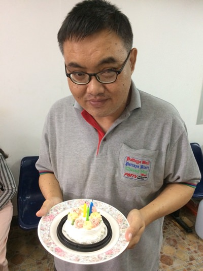 Manus freut sich über seinen Geburtstagskuchen, den er nicht mehr essen darf aber freudig zusieht, wie er den anderen schmeckt.