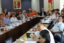 Vizebürgermeister Apichart Virapal hat den Vorsitz bei dem Treffen gemeinsam mit Chukiet Subpaisan.