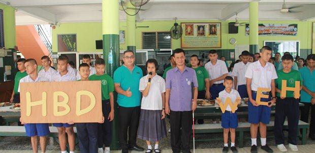 Die blinden Schüler bedankten sich mit Liedern und GEburtstagswünschen für William Heinecken.