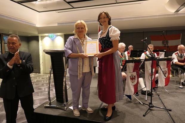 Botschafterin Dr. Eva Hager erhält aus den Händen von Caroline Braunshofer die Ehrenmitgliedsurkunde der TAS. Heurigen Gemuetlichkeit-4