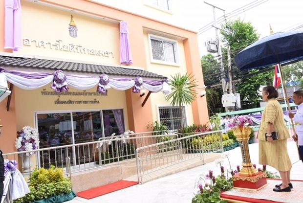 Prinzessin Maha Chakri Sirindhorn eröffnet die neue Bibliothek.