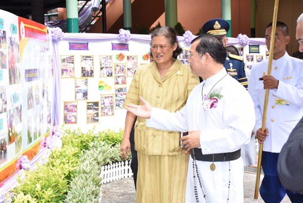 Die Prinzessin zusammen mit Vater Michael bei ihrem Besichtigungsrundgang.
