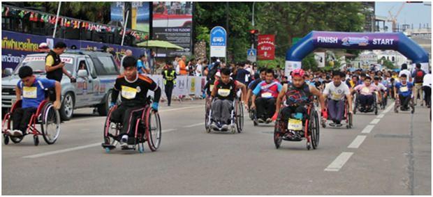 Die Rollstuhlfahrer beim Start.
