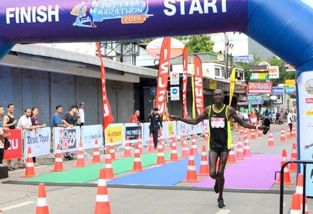 Bernard Kiplangat Kibilo aus Kenya durchläuft als Erster die ziellinie beim Vollmarathon.