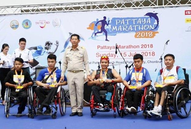 Bürgermeister Generalmajor Anan Charoenchasri mit den Siegern des Rollstuhl-Marathons.