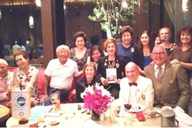 Die gesamten Geburtstagsgäste mit dem Geburtstagskind Otmar (vorne sitzend im weißen Anzug neben seiner ebenfalls sitzenden Gattin Margret).