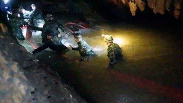 Rettungsteams dringen in die Höhle vor. (Bild: AP)