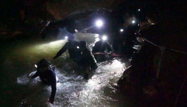Die Einsatzkräfte in der Höhle. (Bild: AP)