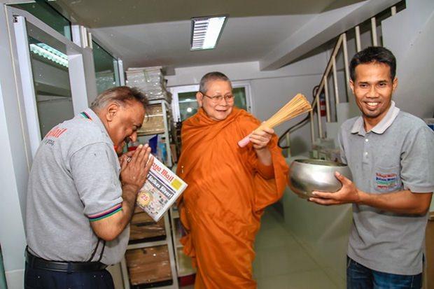 Peter Malhotra und Thepporn Donvithai werden von Sangkharaksa Monthon Sumano gesegnet.