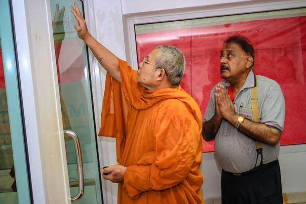 Pratheep Malhotra sieht andächtig zu als der Mönche die heiligen Zeichen anbringt.