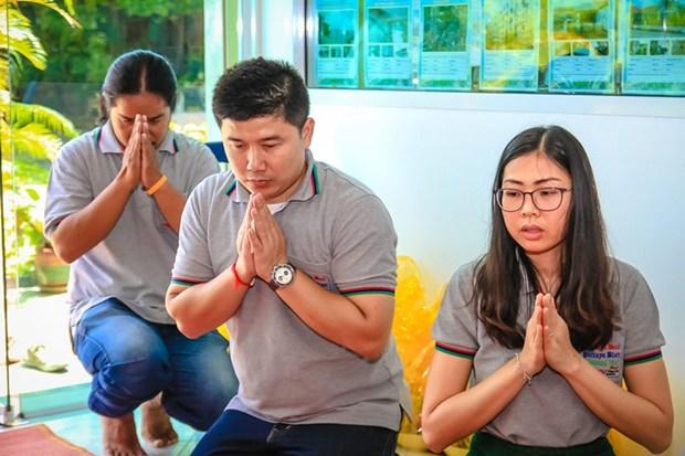 (Von links) Amnart Kangkamchat und Nutsara Duangsri im Gebet.