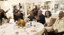 Die drei Musiker des Thai Garden Resort spielen den Gästen (von links) Laxmi Easwaran, Eli Fineman, Geburtstagskind Gary Levy, Gerrit Niehaus, Anselma Niehaus und Peter Malhotra, auf.