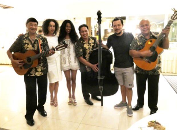 Von den Musikern in die Mitte genommen werden (von links) Anselma Niehaus, Laxmi Easwaran und Gary Niehaus.