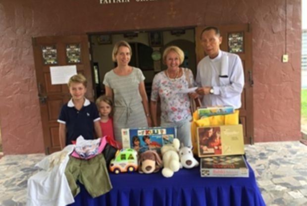 Von rechts: Direktor Vater Michael Weera, Monika Podleska, ihre Schwiegertochter  Biggy und ihre beiden reizenden Enkelkinder Elina und Jorn.