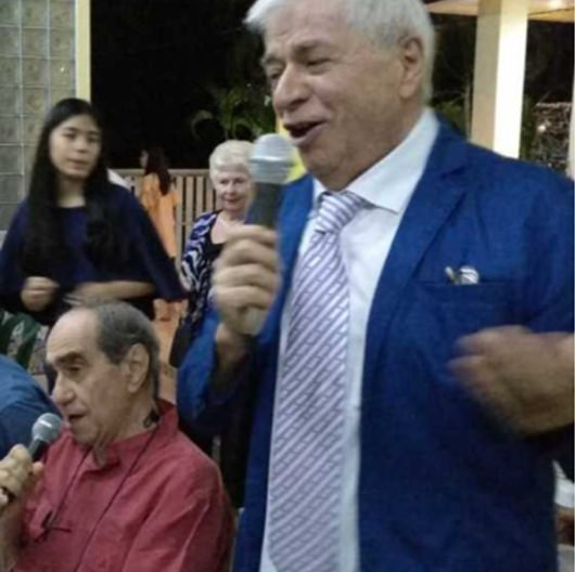 Gastgeber Paolo singt gemeinsam mit Francesco.