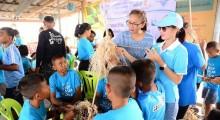 Aufmerksam lauschen die Kinder den Ausführungen der Damen vom YWCA.