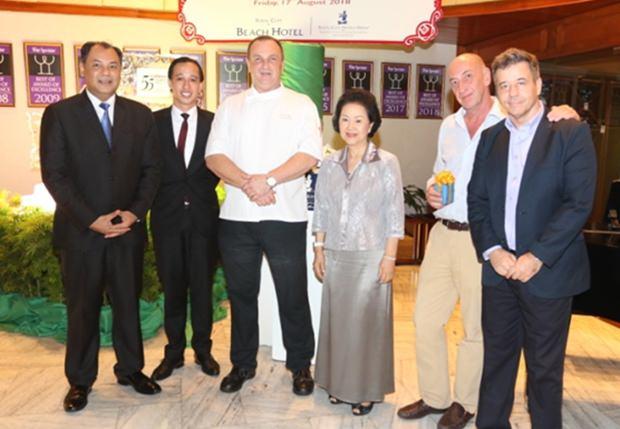 Khun Panga Vattanakul, die geschäftsführende Direktorin der Royal Cliff Hotelgruppe (3. von rechts) bedankt sich mit kleinen Geschenken bei Guido Vannucchi (rechts neben ihr) und Thomas Rüegsegger (ganz rechts). Mit dabei sind Generalmanager Prem Calais, Residenzmanager Jan Lorenzen und Chefkoch Peter Held.