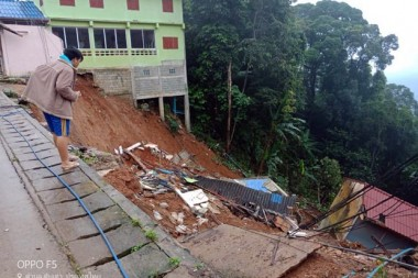 Entsetzt stehen die Menschen am Rande des Erdrutsches.