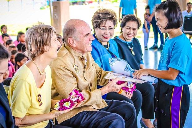 Dr. Otmar Deter und seine Frau Margret erhalten Geschenke von ihrem Patenkind Chomdao.