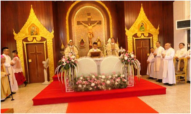 Die Priester feiern die Heilige Messe.