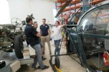 Thomas Sack erklärt den Besuchern den Hubschrauber.