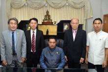 Bei seiner ersten Amtshandlung stellt Bürgermeister Sontaya Kunplome seine vier Stellvertreter vor