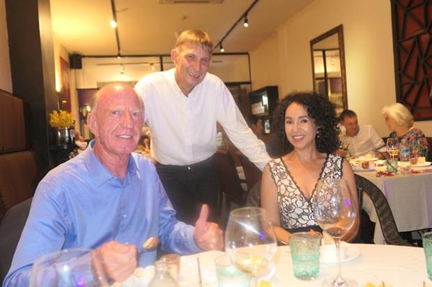 Heiko Klimanschefski (stehend) mit seinen Gönnern Anselma und Gerrit Niehaus.