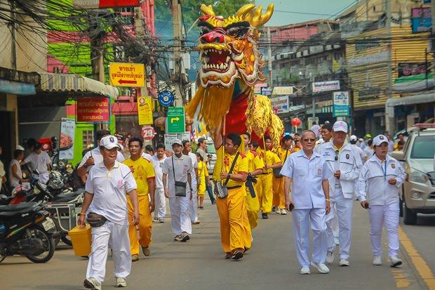 Wisit Chaowalitnititham führt die Löwen und Drachenparade an.