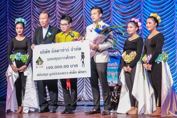 Pavin Petchtrakul vom Alcazar Pattaya überreicht Direktor Michael Weera einen Scheck über 100.000 Baht, während Rattanachai Sutidechanai zusieht.