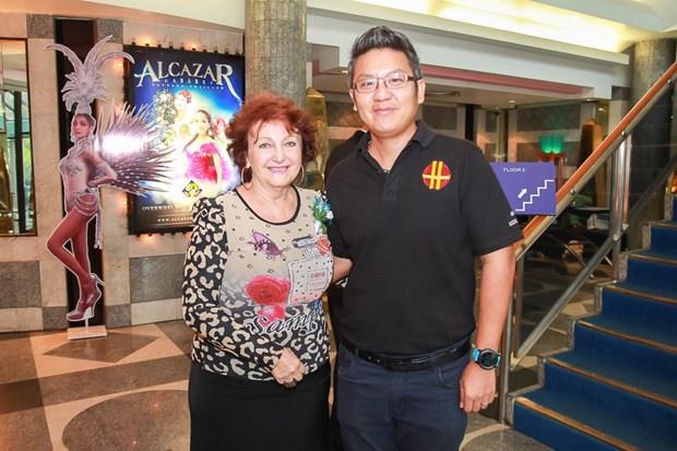 Elfi Seitz und Siromet Akarapongpanitch, der Asstenzdirektor der HHNFT.