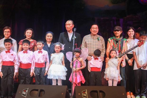 Vizegouverneur Phawat Lertmukhda, Vater Michael Weera Phangrak, Radchada Chomjinda bedanken sich bei der Carabao Band, geleitet von Aed Carabao.