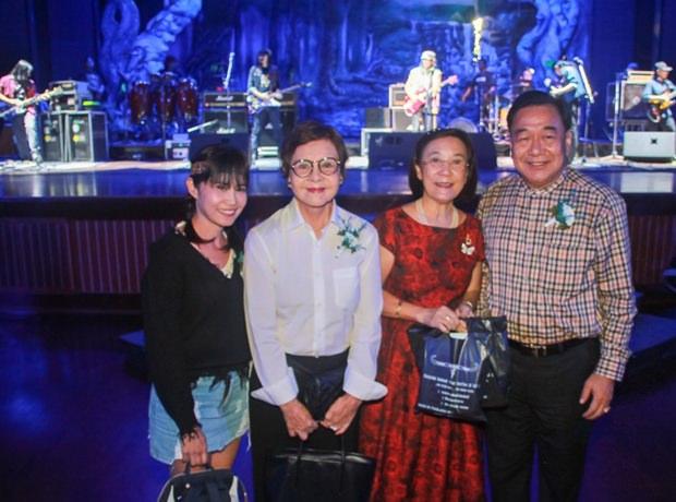 Paichit Jetapai, Präsidentin des YWCA Pattaya, Sopin Thappajug, MD der Diana Group, Radchada Chomjinda, Vizegouverneur Phawat Lertmukhda beim Gruppenfoto.