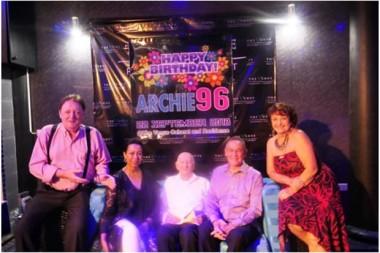 (Von links) Allan Riddell, Carol Doidge, Archie Dunlop, HE Geoff Doidge und Elfi Seitz.