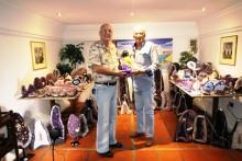 Dieter Barth (links) überreicht das Geschenk des Clubs an Geburtstagkind Peter Schlegel.
