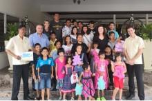 Gemeinschaftsfoto mit den Hotelangestellten unter Leitung von GM Rene Pisters (2. von links) und Heimleiterin Karen Sanchez (3. von rechts).