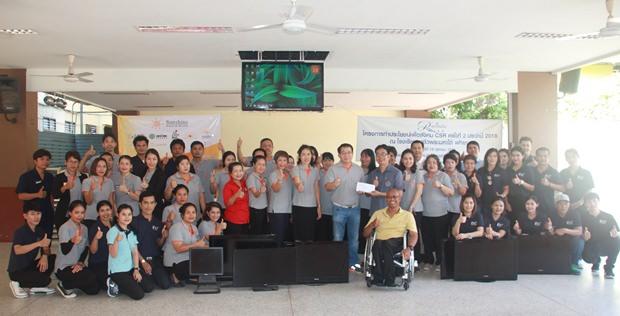 Der Exekutivdirektor der Sunshine Gruppe,Thana Supornsahatrangsi, sowie einige Angestellte überreichen die gespendeten Geräte zum lrnen.