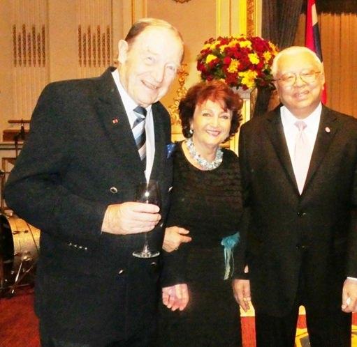 (Von links) Volker Fischer, Elfi Seitz und Geheimrat Chirayu Isarangkun Na Ayuthaya.