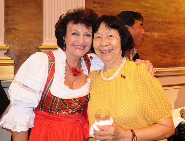 Professor Dr. Ampha Otrakul, die Deutsch-Privatlehrerin Ihrer Königlichen Hoheit Prinzessin Sirindhorn (links), verbindet eine lange Bekanntschaft mit Elfi Seitz vom Pattaya Blatt.